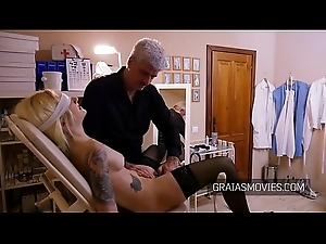Blindfolded slave&rsquo_s tits clamped