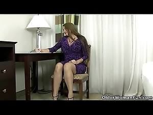 Pregnant milf Jocelyn rubs her hungry wet crack
